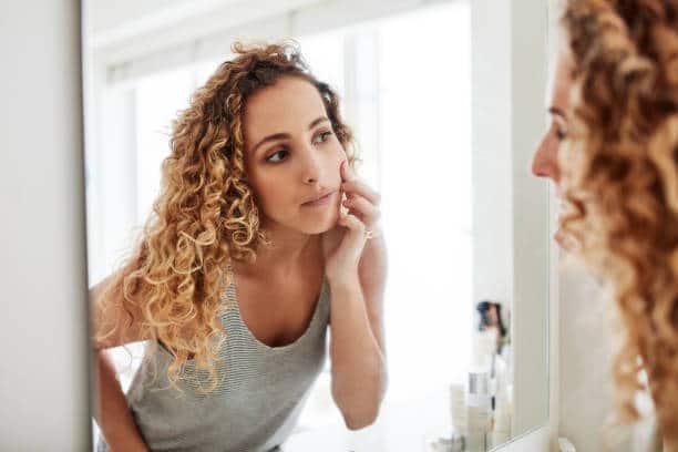 Comment l'huile de jojoba agit-elle sur l'acné ? Efficacité prouvée ?