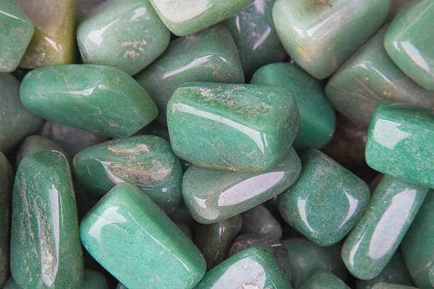 pierre de jade jadeite morceau de gemme fragment vert
