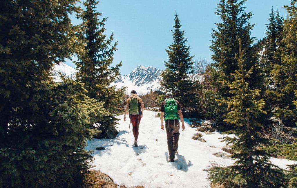 Deux hommes marchant dans la neige avec de bonnes chaussures de randonnées