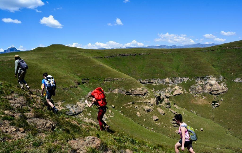 Groupe d'individus marchant dans une plaine pendant une randonnée