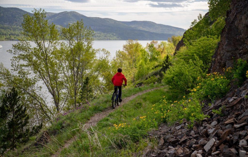 Jeune homme faisant une randonnée à vélo