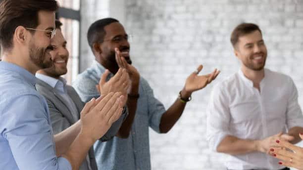 yoga du rire en entreprise groupe pratique exercice communicatif
