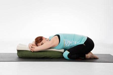 yoga femme enceinte Virasana penché en avant