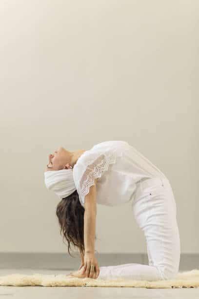 yoga kundalini position asana inversé femme yoga