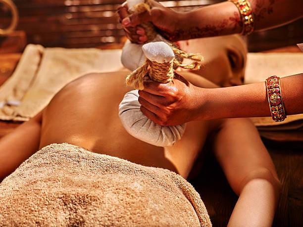 massage abhyanga indien soin pochon ayurvédique