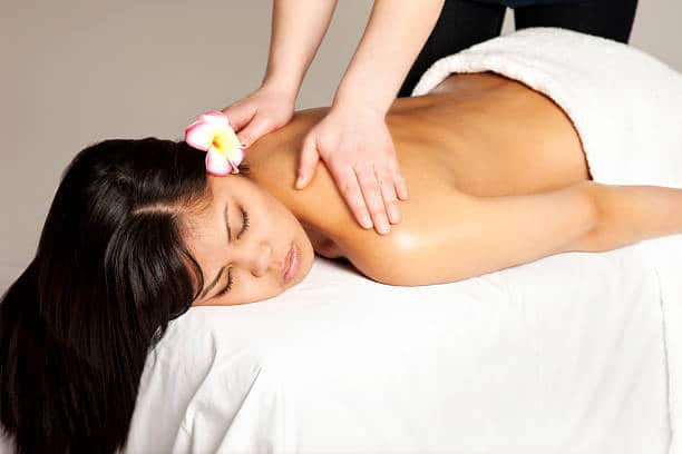 Qu'est-ce que le massage Lomi Lomi ? Quels sont les bienfaits de ce soin Hawaïen ?