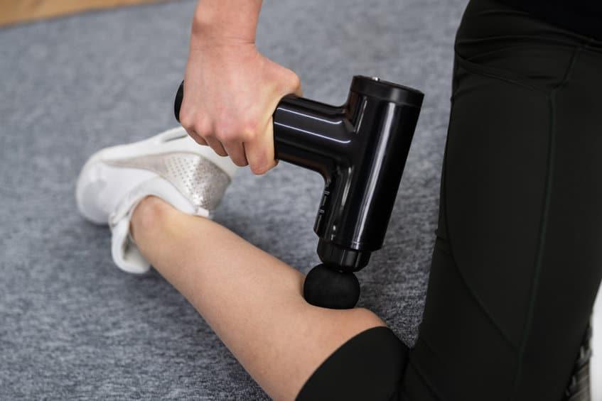 Massage de la jambe à l'aide d'un appareil massant